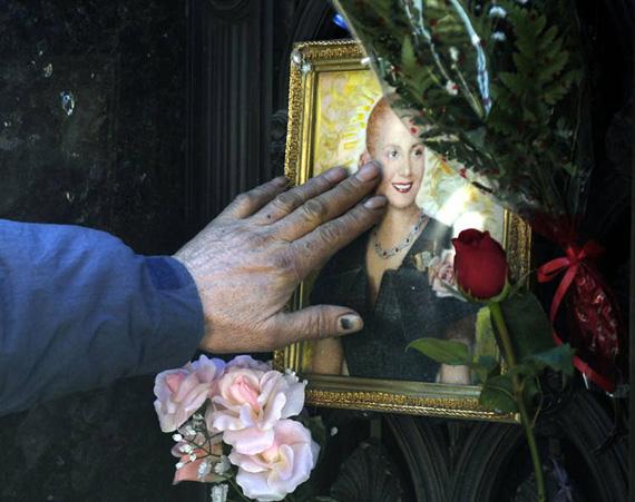 La-imagen-de-Evita-en-el-cementerio-de-la-Recoleta-en-Buenos-Aires